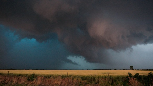 Large clouds are seen as a tornado passes south of El Reno, Oklahoma May 31, 2013. Photo: Reuters / Bill Waugh