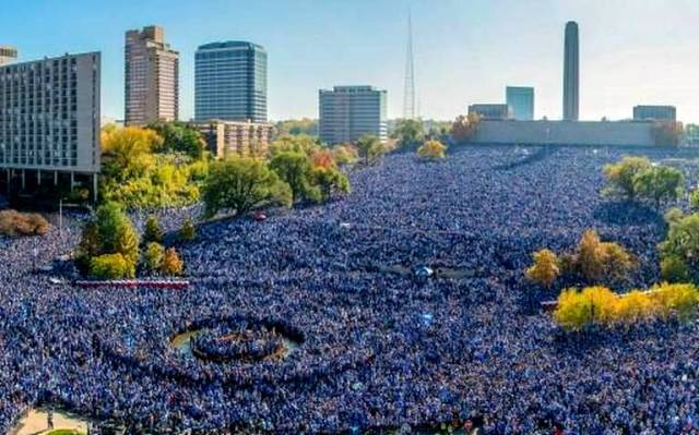 royals celebration 110315 pano x18